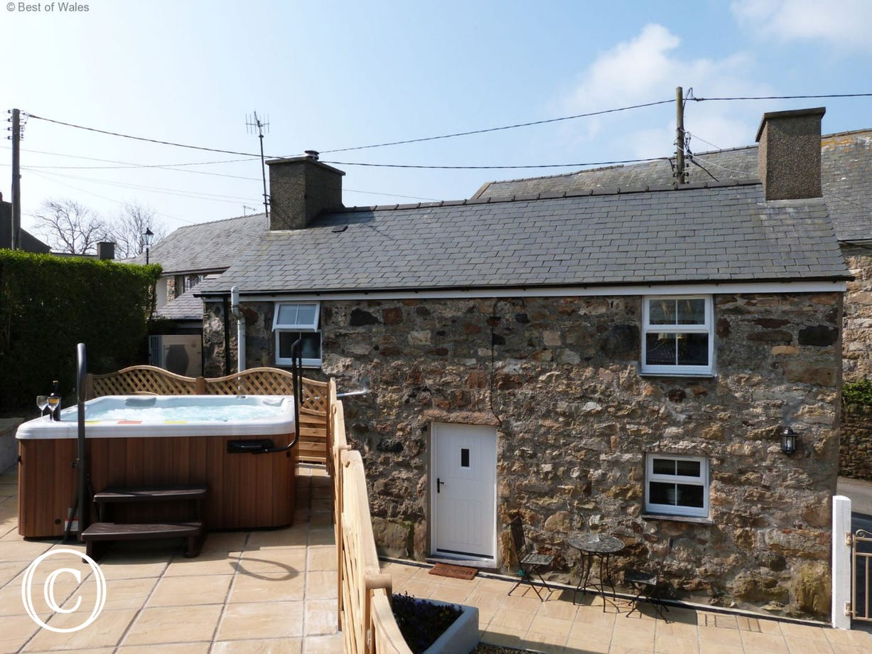 5 Star Llanbedrog Accommodation - Cottage with a Private Hot Tub