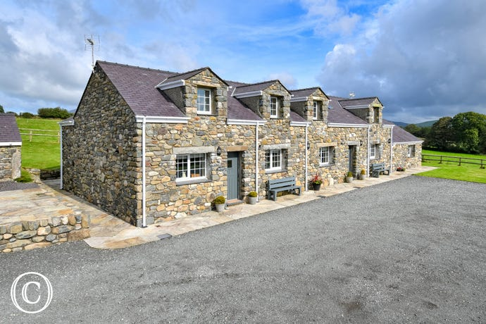 Llys Bach - stunning semi-detached cottage